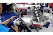 Siruba C007KD-W532-356/CR/CX/UTP/RLP 3-игольная плоскошовная машина для вшивания резинки в трикотажные изделия с цилиндрической платформой, роликами и ножом для обрезки края материала